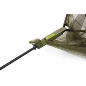 Zapobiega zatapianiu się podbieraka w wodzie co ułatwia podbieranie ryby
