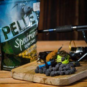 Jedyny tego typu pellet na rynku. Specjalna otoczka pelletu zaczyna pracować od razu po wrzuceniu do wody natychmiastowo wabiąc ryby w miejsce nęcenia. Sam pellet na długo zostaje w łowisku zatrzymując ryby. Użyte aromaty z łatwością przebijają się przez zapach mułu lub roślinności.